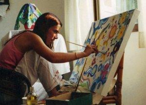 Estudiante de Waldorf School pintando